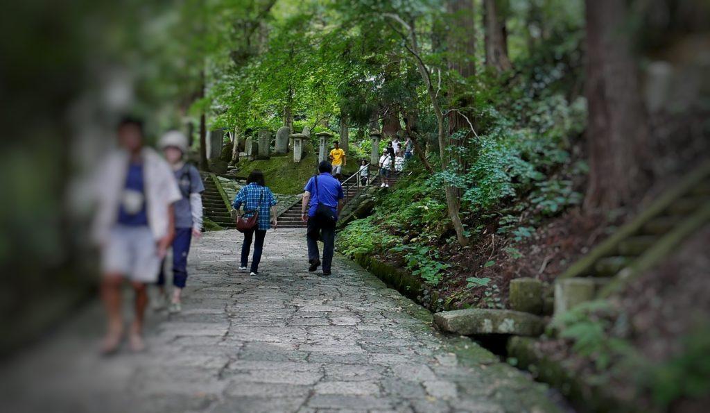 山寺の登山道は石畳