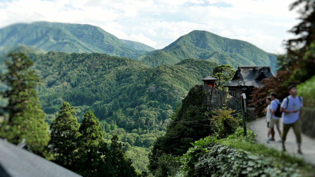 崖の上に建つ開山堂と納経堂