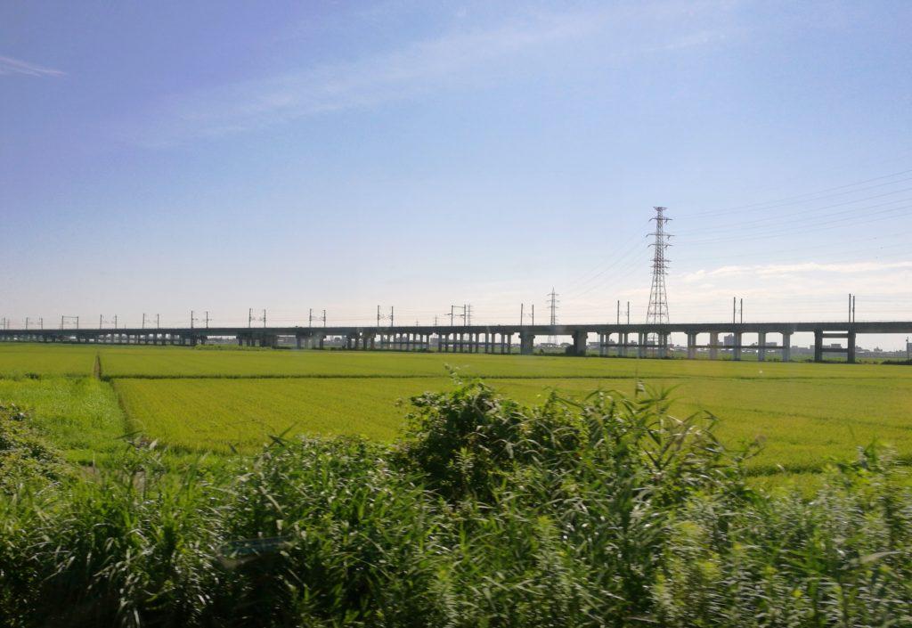 東北新幹線と並走する